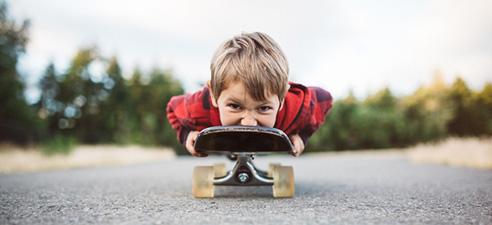 Care-Fam-Net-Junge mit Skateboard